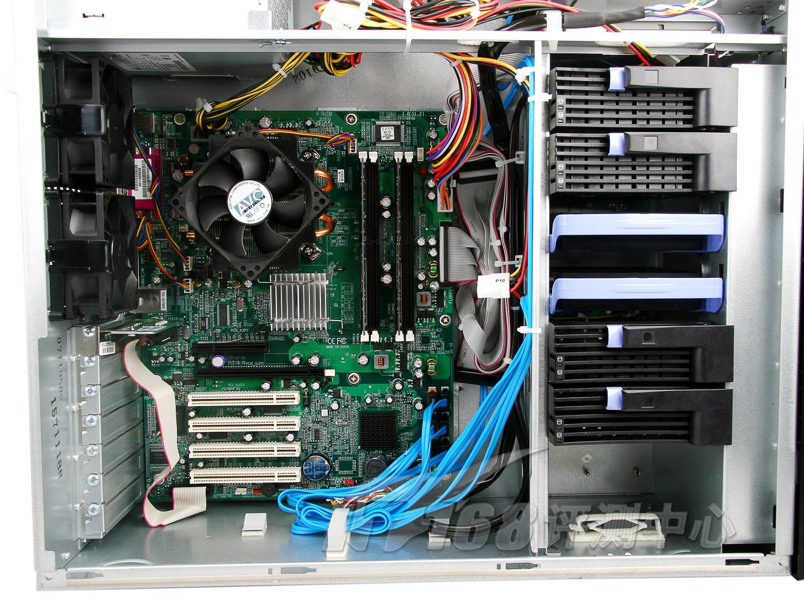 服务器内部一览  服务器散热设备   打开机箱,我们看到联想万全T468 G5内部的情况。作为塔式服务器来说,它的内部空间相对要大一些,散热性能相对也更好一些。这里我们看到,服务器使用了两个散热风扇,满足正常的散热需求已经是绰绰有余了。   看到这三个散热器,或许有些朋友对其噪音的控制产生了怀疑,其实联想在这里使用了一种叫做智能调速控温降噪冗余散热系统(NKR V2.