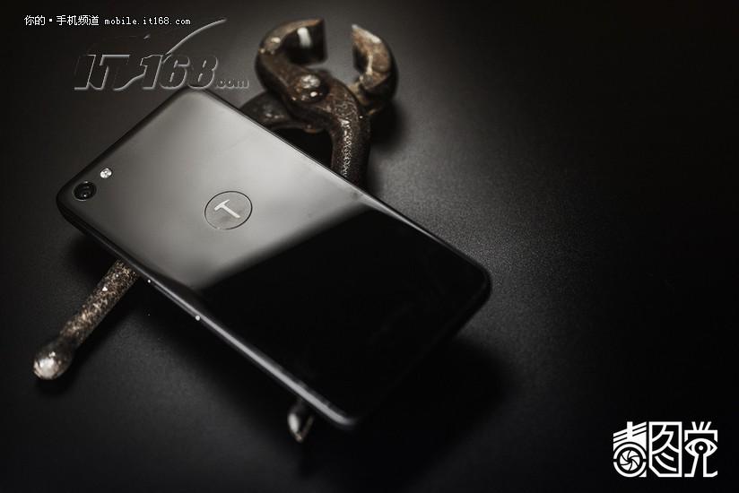 锤子t2 32gb 全网通 黑色场景图片10素材-it168手机